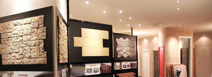 Finiture di pareti in cartongesso, porte in vetro e legno, pannelli in ...